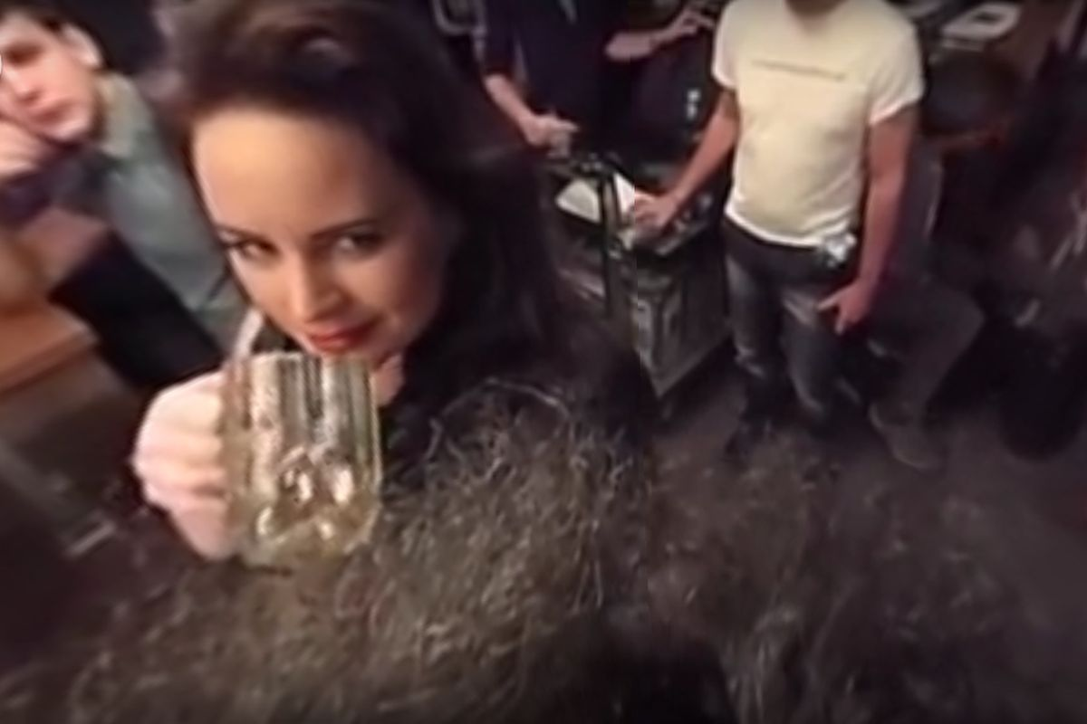 """Panoramatické video z natáčení spotu pro Krušovice umožňuje divákům """"přiblížit se"""" herečce Jitce Čvančarové"""