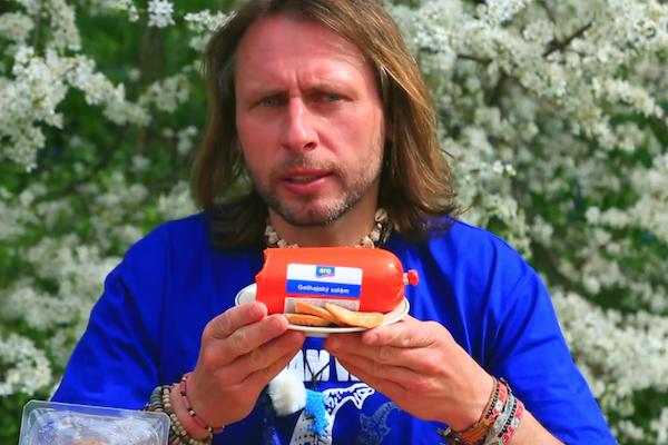 Reportér Jan Tuna a gothaj značky Aro z Makra
