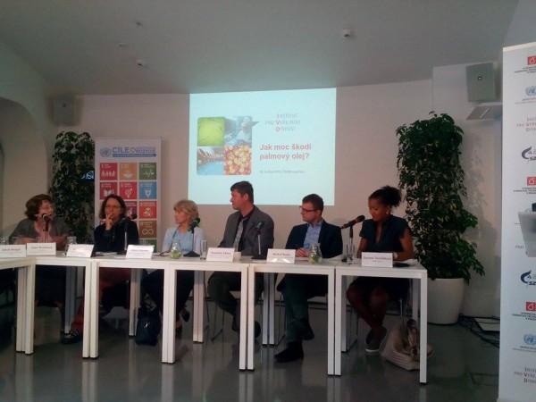 Institut pro veřejnou diskuzi pozval osm panelistů k diskuzi o škodlivé povaze palmového oleje