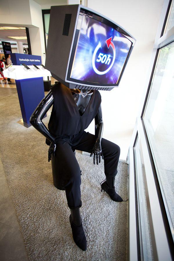 Módní show a figuríny s televizí místo hlavy - to jsou prvky nové kampaně O2 TV