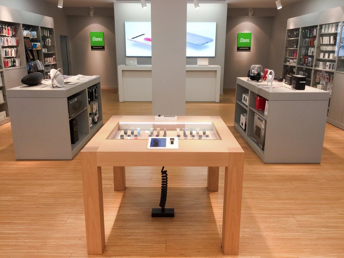 Apple Watch Display Table v iStores v Atriu Flora je novinkou, kterou otevření tří nových prodejen přinese
