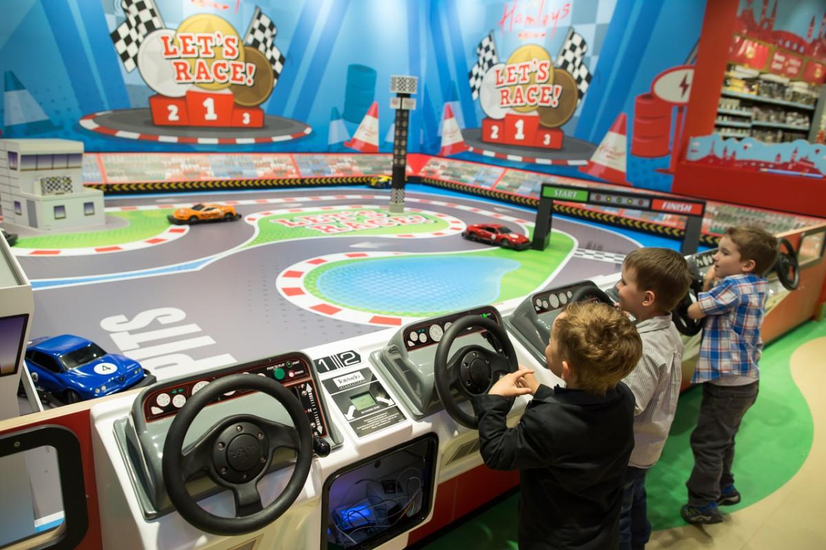 Další z atrakcí, která si hlavně mezi chlapci získá popularitu - závodní autodráha