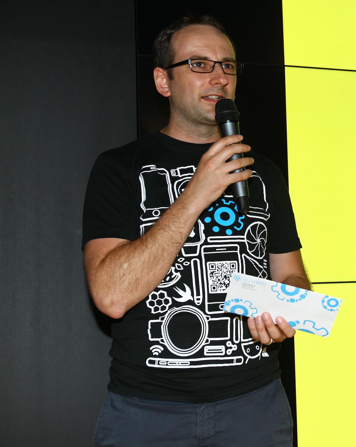 Michal Bilka ze Slevomatu přišel obdarovat vybraného hlasujícího
