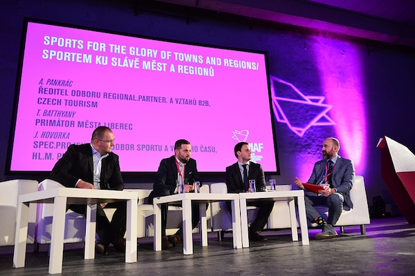 Diskusi moderoval Tomáš Hrivňák (vpravo). Foto: Radana Čechová