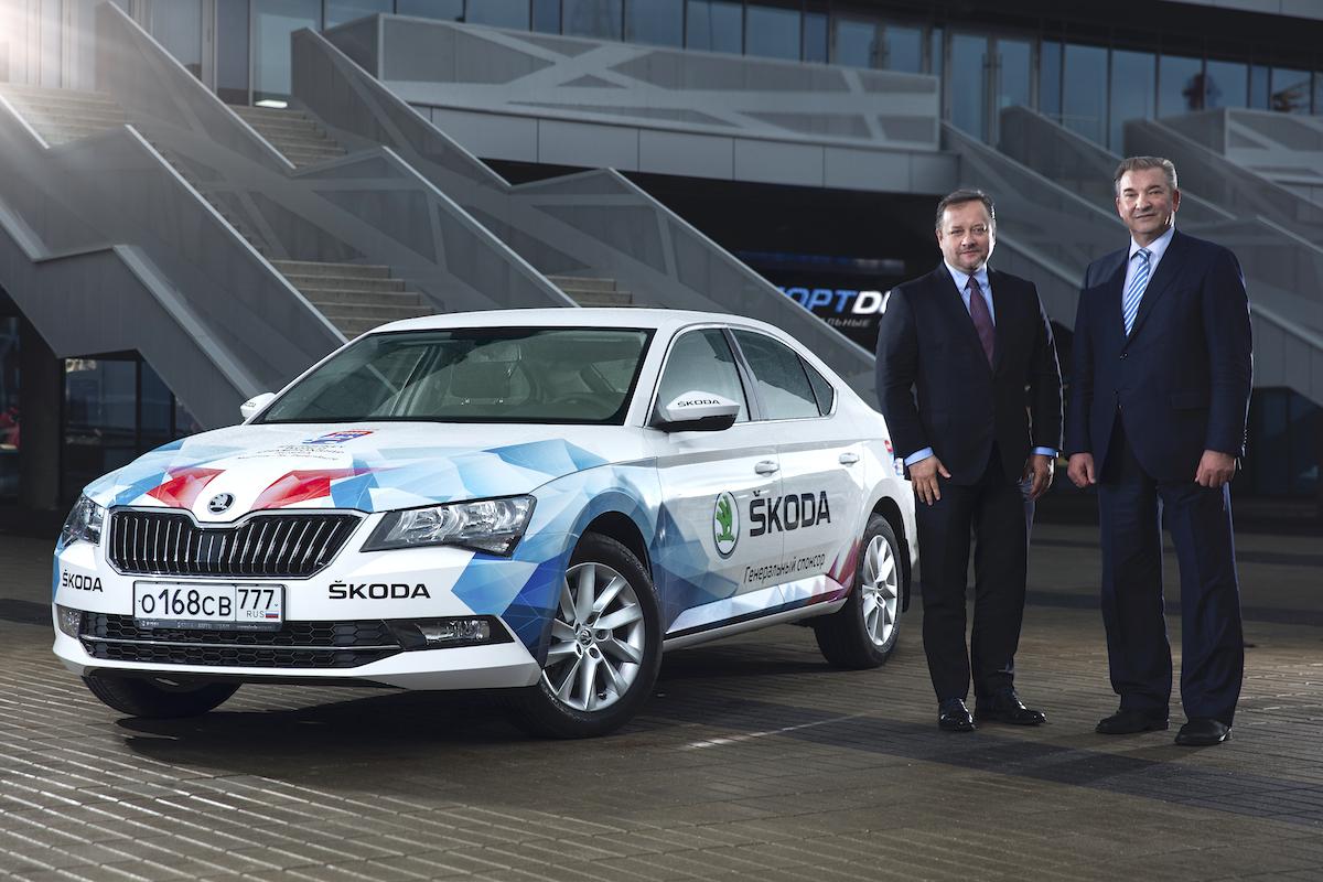 Lubomír Najman, šéf Škoda Auto Rusko, a Vladislav Treťjak, prezident IIHF Rusko, při oficiálním předání flotily škodovek pro mistrovství světa IIHF. Jako oficiální hlavní sponzor poskytne česká automobilka organizátorům v Rusku celkem 45 automobilů