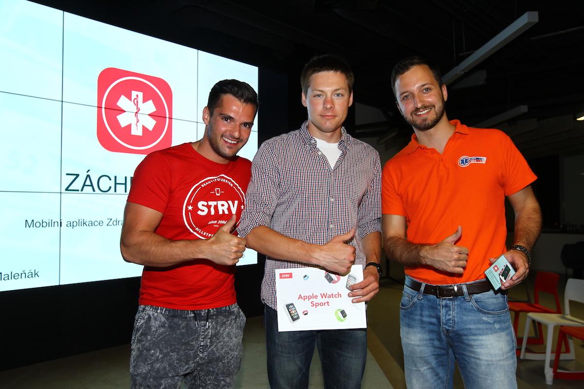 Lubo Smid (vlevo) ocenil za Strv aplikaci Záchranka, kterou ukázal Filip Maleňák (uprostřed). Foto: Tomáš Pánek
