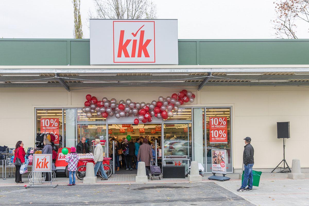 Novou firemní barvou řetězce Kik se stala stříbrnočervená