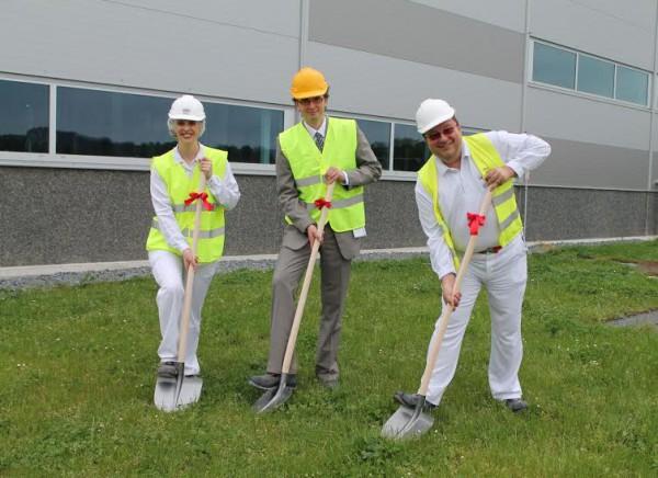 Oficiálního zahájení výstavby se 24. května zúčastnili také starosta  Poříčí nad Sázavou Mgr. Jan Kratzer (uprostřed) spolu sředitelkou továrny Suzanne Lake  (vlevo) a dalšími zástupci továrny