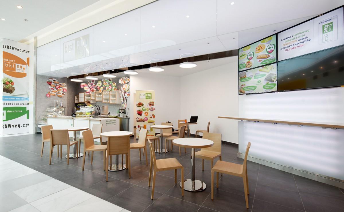 BistRAWveg se nachází ve třetím patře obchodního centra, naproti fitness zóně