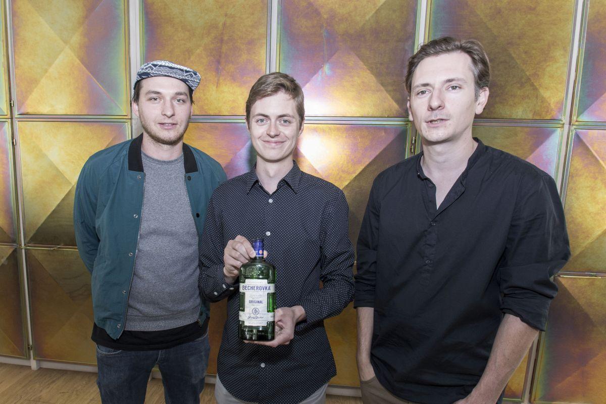 Autor vítězné etikety Jan Zábský (uprostřed) s členy skupiny Okolo Matějem Činčerou a Janem Klossem