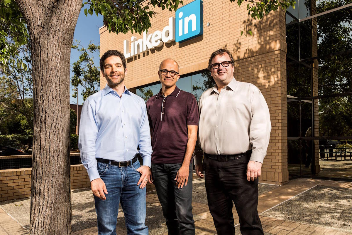 Zleva šéf LinkedInu Jeff Weiner, šéf Microsoftu Satya Nadella a zakladatel LinkedInu Reid Hoffmann. Foto: LinkedIn