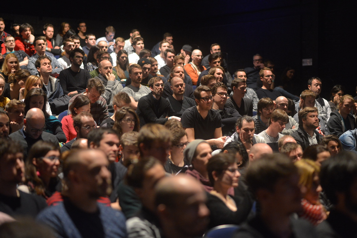 Akce Mouvo přilákala do La Fabriky tři stovky lidí. Foto: Barbora Hrdá