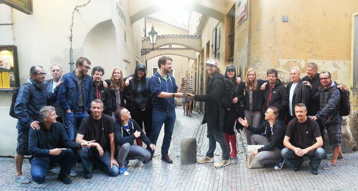 Cenu Zlaté pero přebírá Dan Friš z Kaspen/Jung von Matt z rukou svého mladšího bratra Pavla Friše z VCCP, přihlížejí členové textařského sdružení