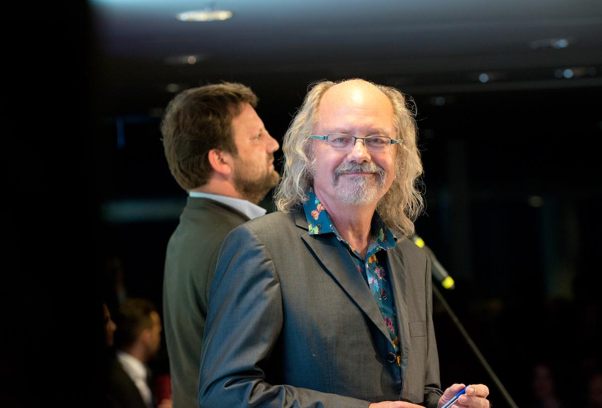 Tradiční moderátor České ceny PR Ondřej Hejma s předsedou APRA Janem Kučmášem v pozadí