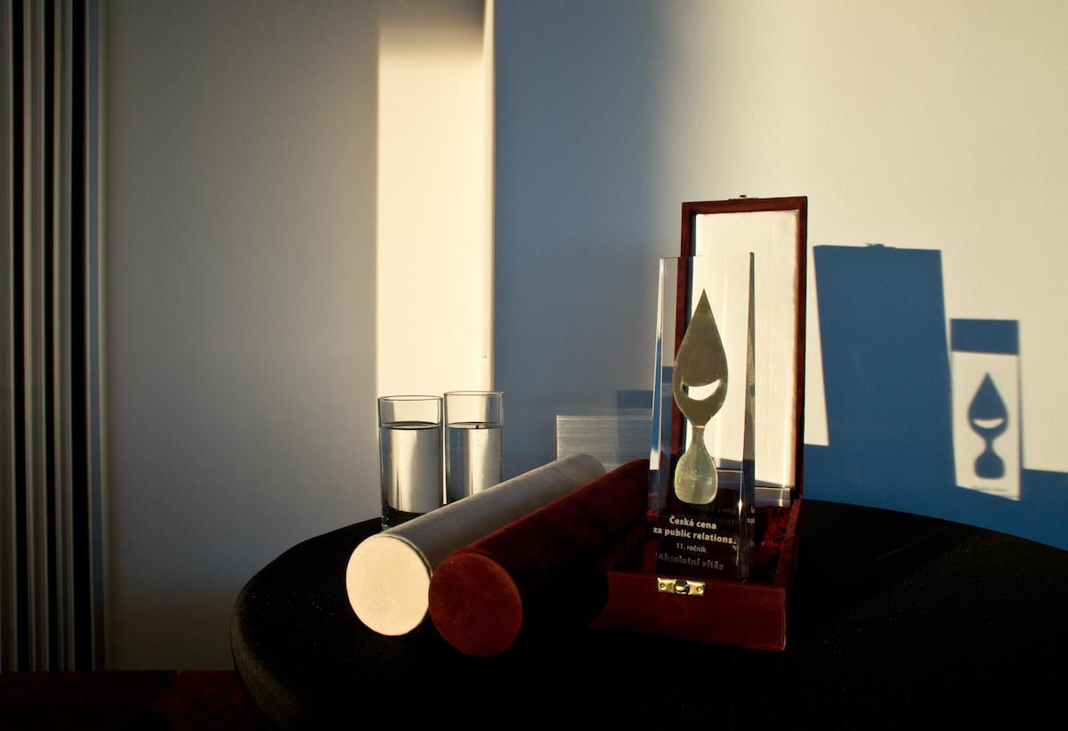 Skleněná trofej pro první v kategorii, tubus pro druhé a třetí