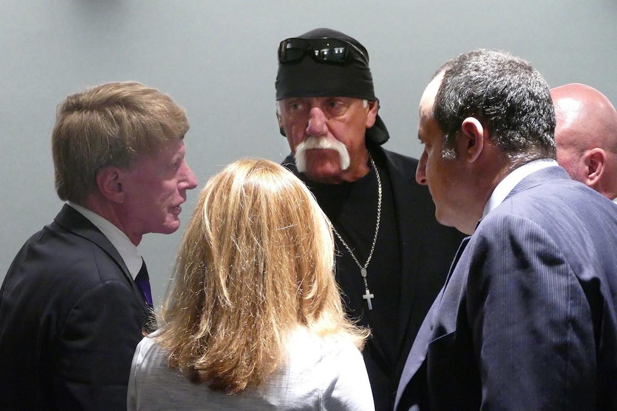 Hulk Hogan (uprostřed) se svými právníky v květnu u soudu, který zamítl návrh Gawkeru na nový proces a potvrdil pokutu 140 milionů dolarů. Foto: Profimedia.cz