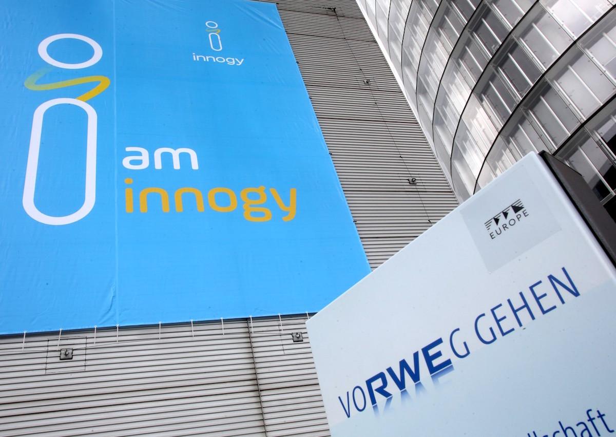 Aplikace nového loga Innogy. Vpravo dosavadní logo RWE jako součást firemního sloganu. Foto: Profimedia.cz