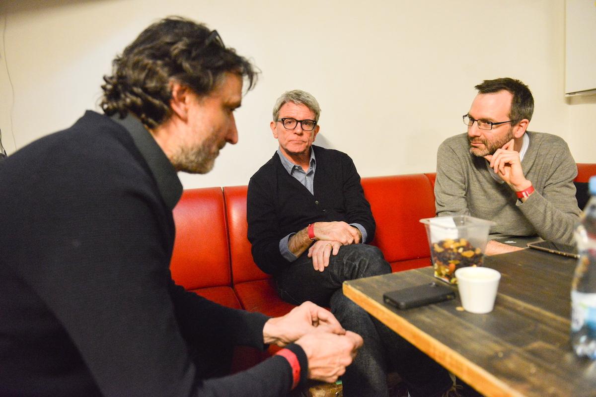 Zleva designér a kreativní ředitele televize Nova Alan Záruba, Mark Porter a šéfredaktor Médiáře Ondřej Aust při březnovém rozhovoru v La Fabrice