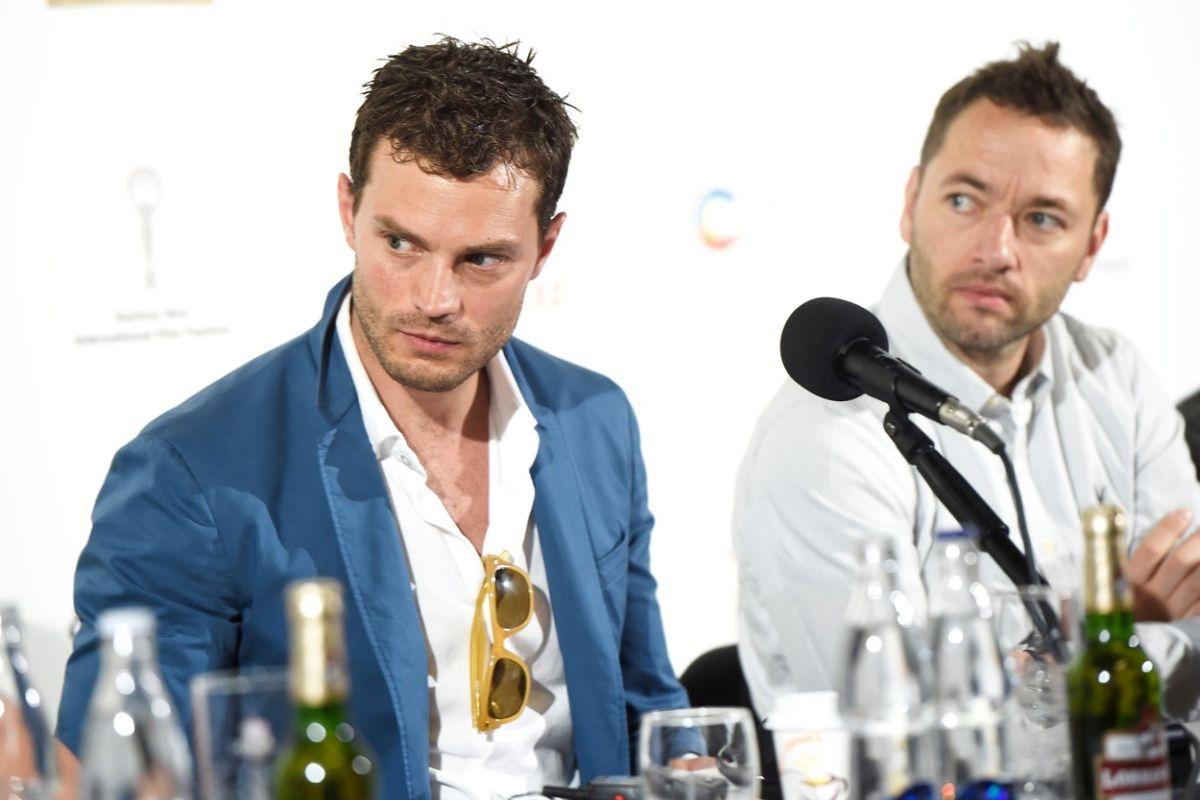 Představitel Jana Kubiše Jamie Dornan a režisér Sean Ellis na tiskové konferenci, která byla součástí letošního festivalu v Karlových Varech. Foto: Profimedia