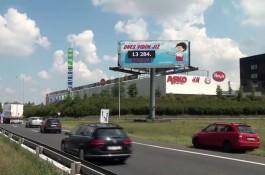 Ve Štěrboholské v Praze počítá auta kluk z plakátu
