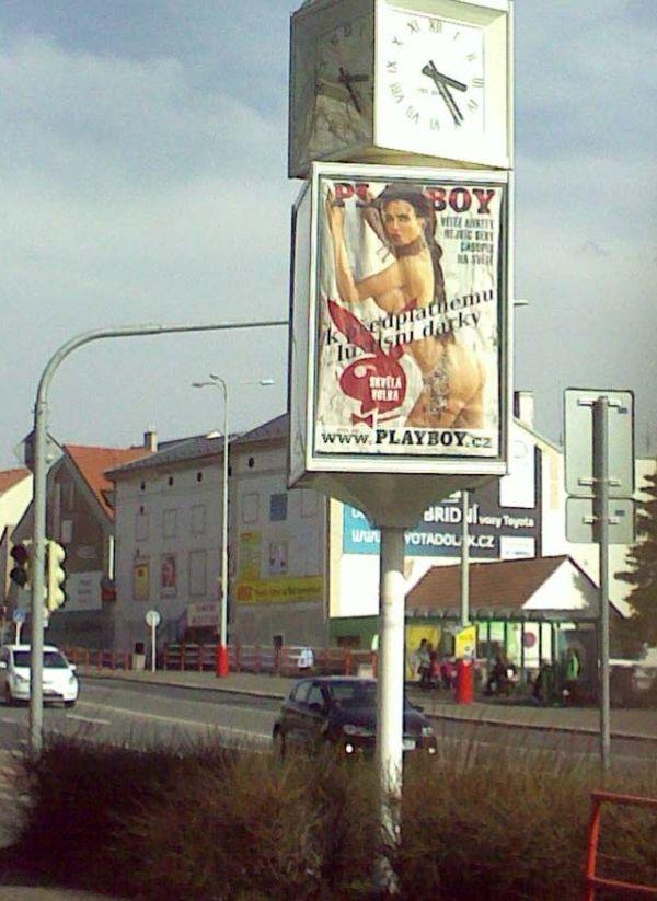 Reklama na Playboy se k pouličním hodinám nehodí