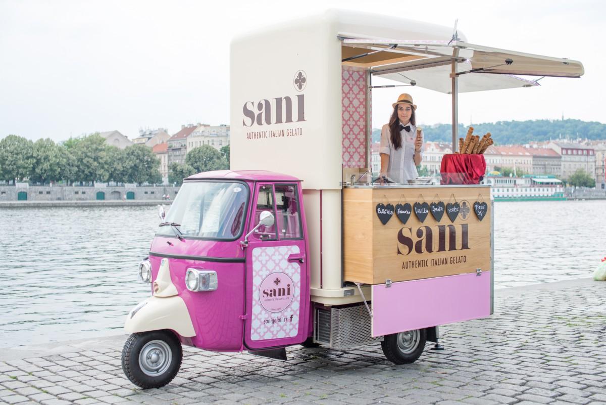 Zmrzlinářství Sani v létě obráží pražské ulice na tříkolce