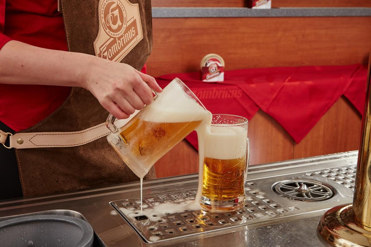 Nešvarem výčepních je také přeléváni piva z jedné sklenice do druhé