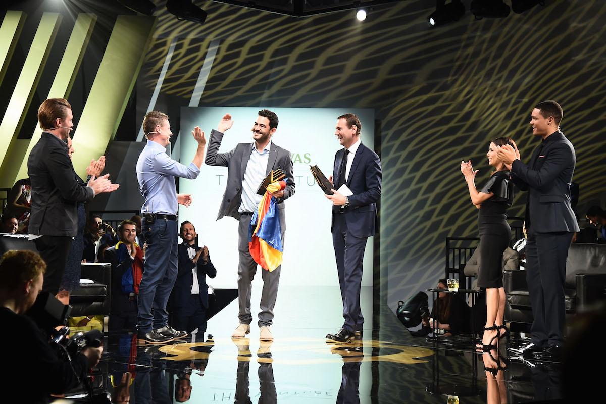 Eva Longoria pomáhá vyhlásit vítěze The Venture. Foto: Michael Loccisano/Getty Images for Chivas The Venture