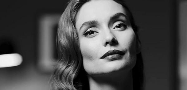 V klipu opět vystupuje albánská herečka Erica Bigiou