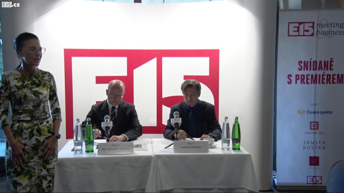 Libuše Šmuclerová uvádí první ze série eventů, moderuje Bohumil Pečinka z Reflexu. Akci podpořila Česká pošta nebo ČEZ