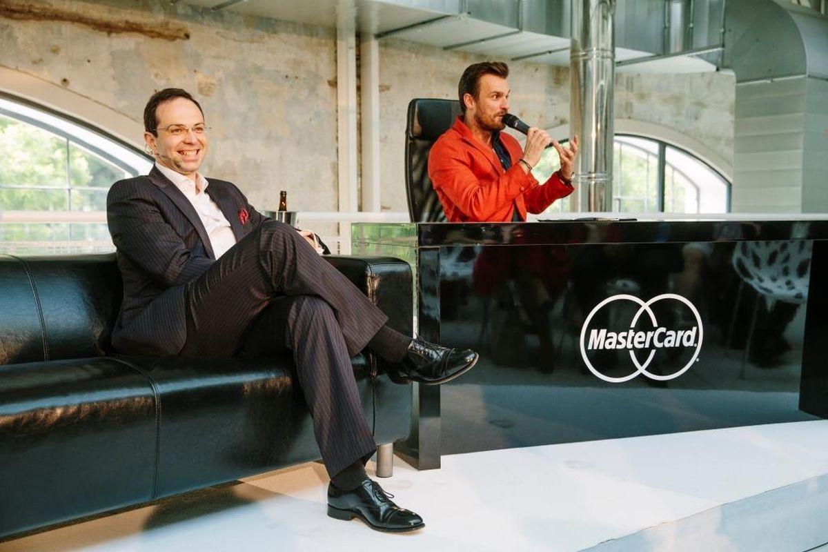 Generální ředitel Mastercardu pro Česko a Slovensko Miroslav Lukeš s moderátorem Leošem Marešem, který je tváří věrnostního programu Priceless Specials
