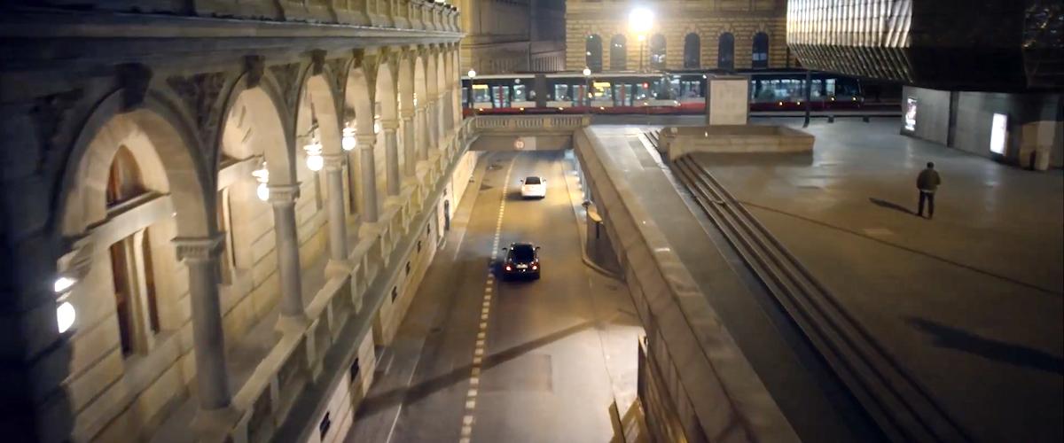 Čínská reklama Škody Auto využila v Praze třeba okolí Národního divadla