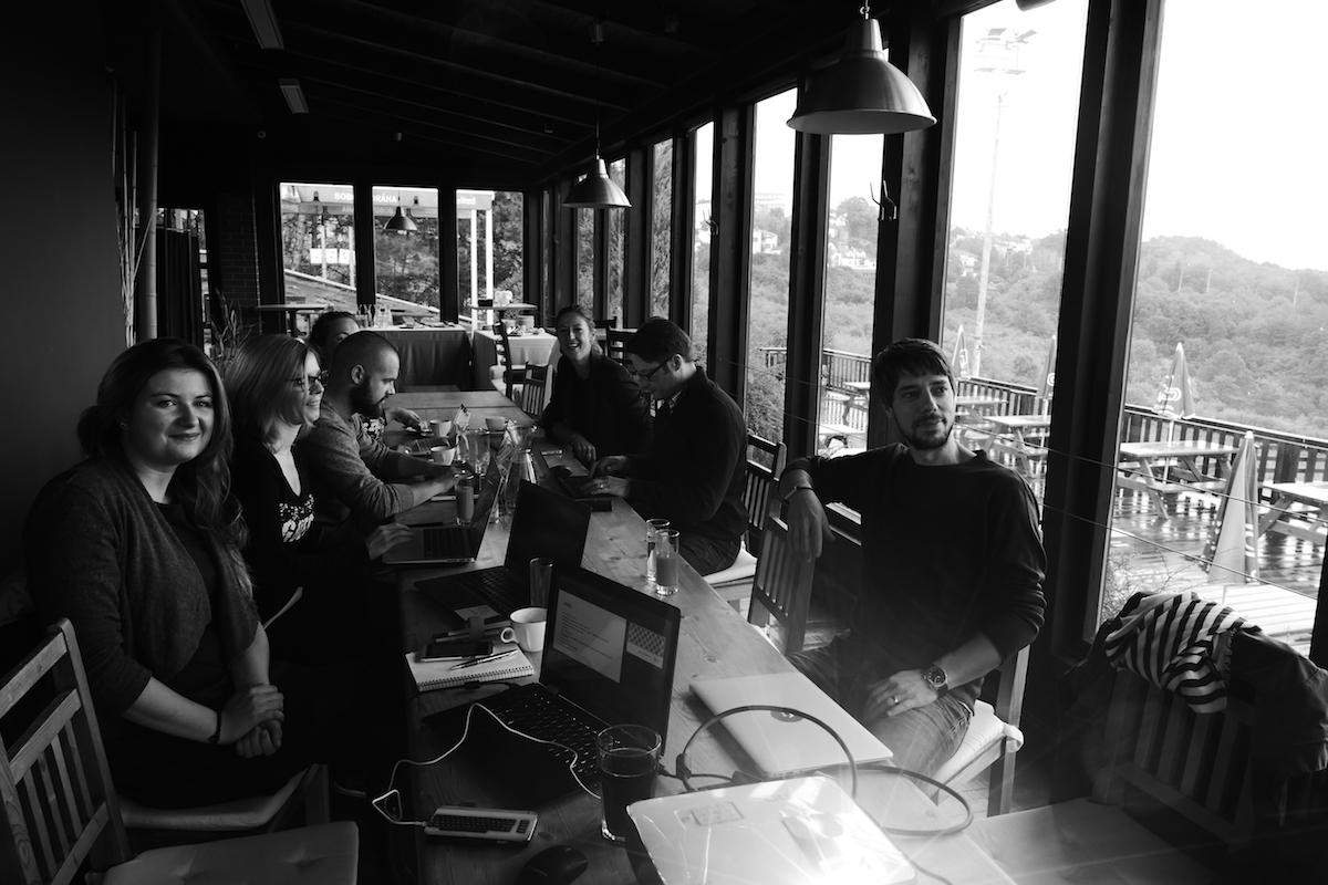 Výjezdní zasedání na Bobovce. Zleva Petra Balcarová a Adéla Krausová (WMC/Grey), Jaroslav Malina (McCann), Pavla Dúbravská-Nýdrle (Nydrle), Ondřej Novák (ASMEA), Robert Haas (Symbio). Účastnili také Karel Goldmann (Wunderman) a Radka Spiesová coby navrátivší se manažerka sdružení, samozřejmě i Laštovka