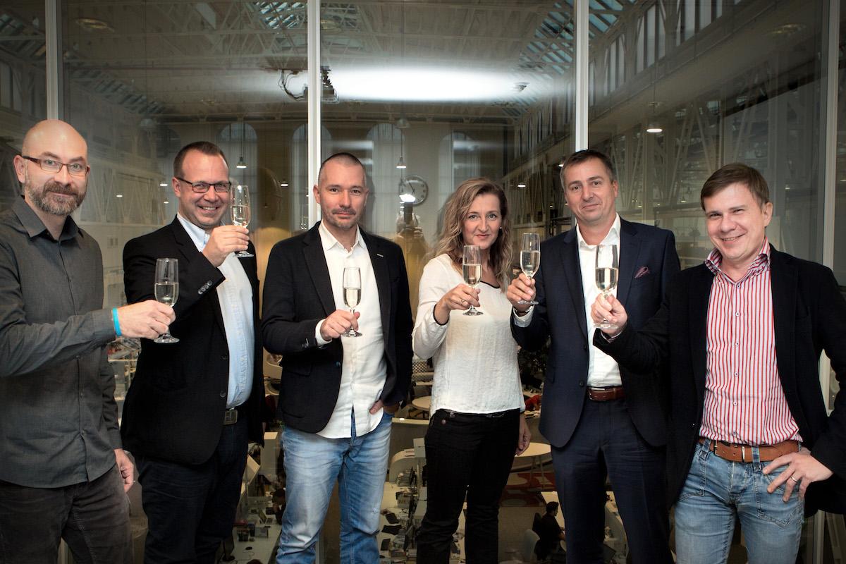 Podpis smlouvy. Zleva: Jan Ouředník, Jan Rozkošný, Martin Veselovský, Daniela Drtinový, Roman Latuske, Vladimír Piskáček. Foto: Václav Vašků