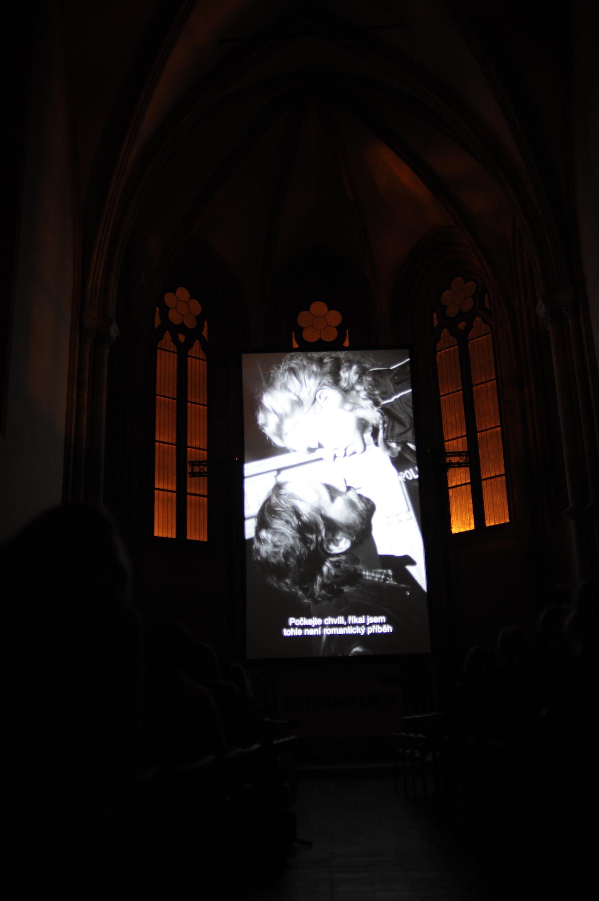Filmy se v kostele promítaly na plátno vysoké bezmála deset metrů. Foto: Jana Lábrová