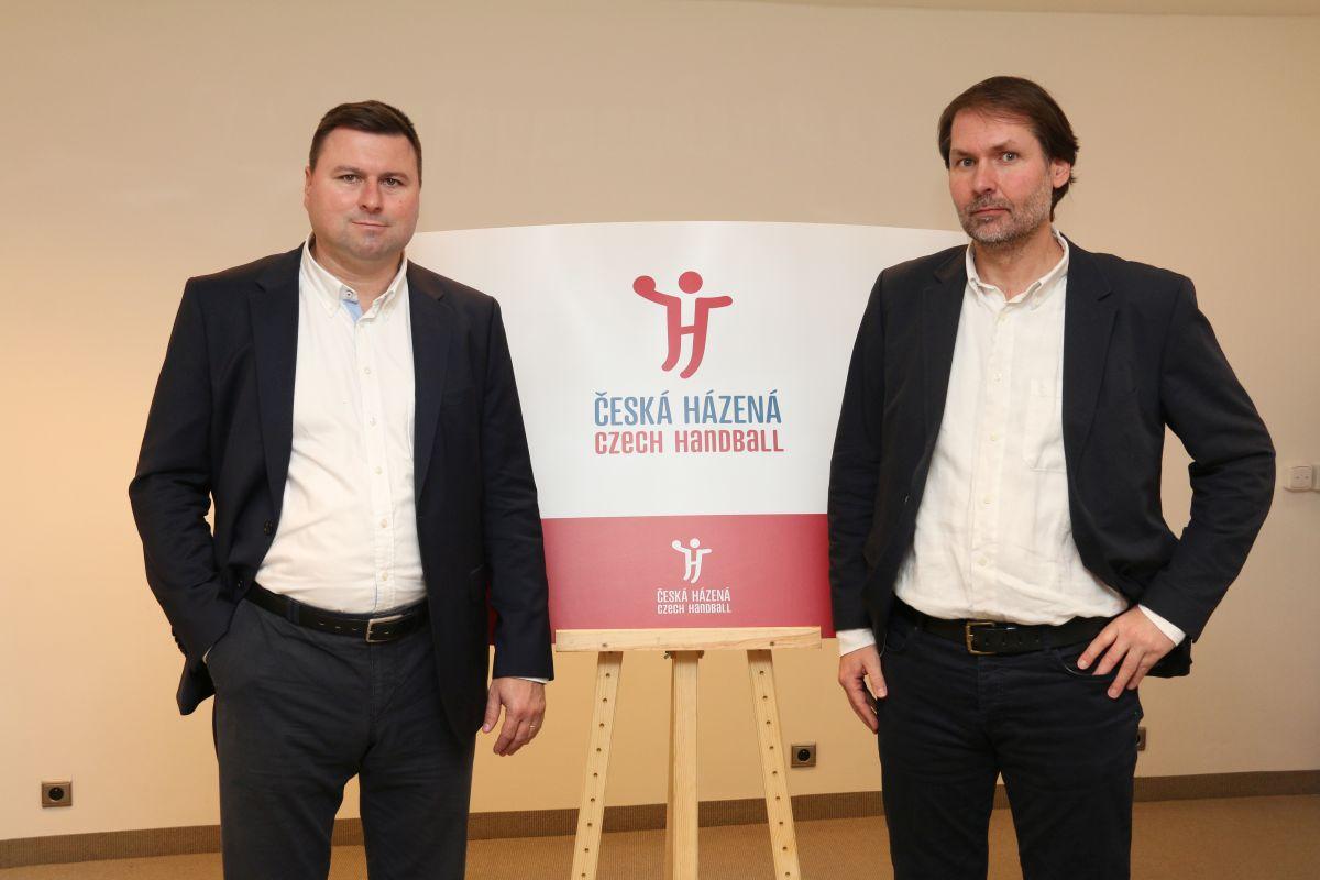 Zleva marketingový ředitel Daniel Novotný a prezident ČSH Radek Bendl s novým logem