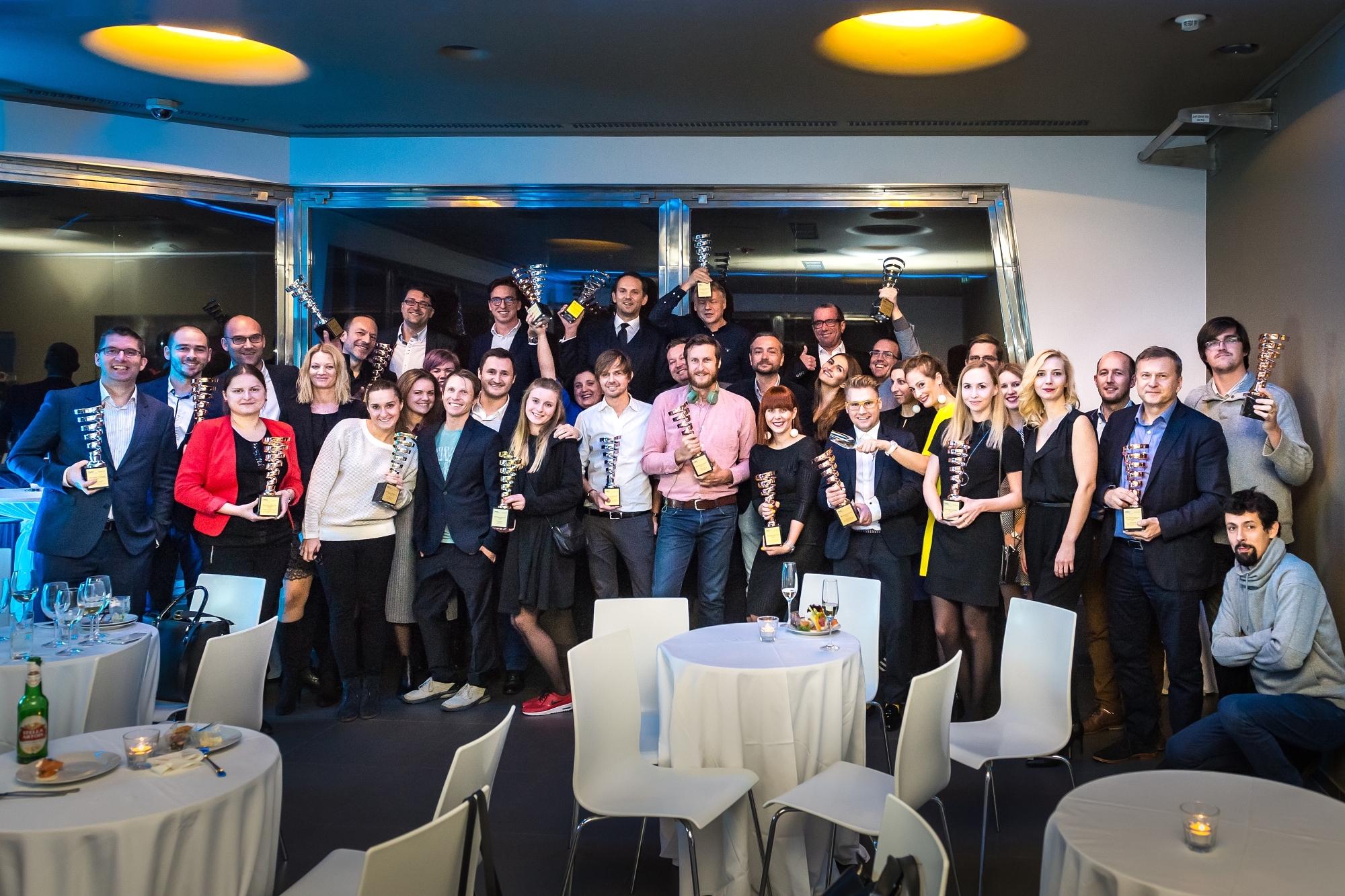 Čeští vítězové letošních IMC Awards po úterních předávání, ve 4. patře žižkovské televizní věže. Kliknutím zvětšíte