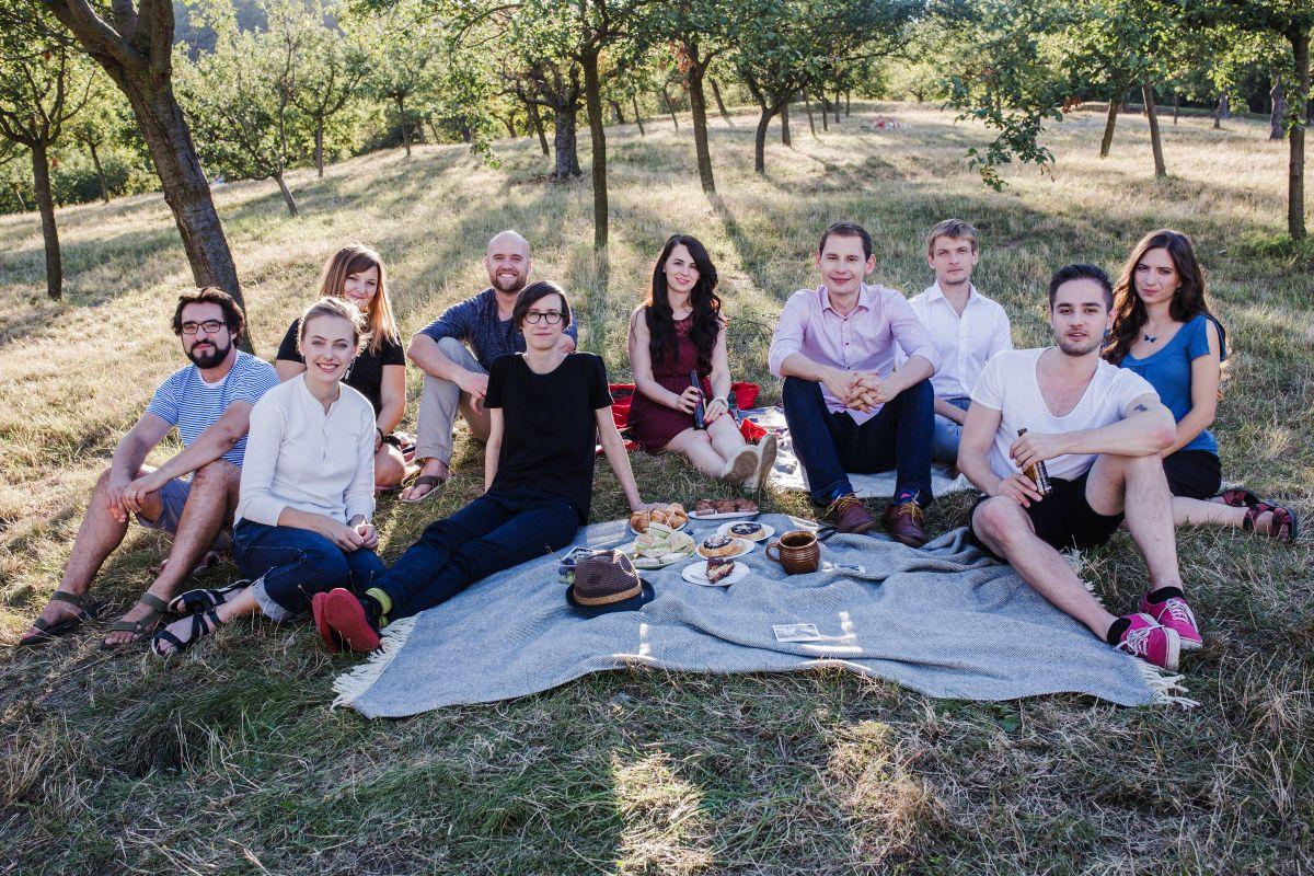 Tým Pábení, zleva Lukáš Duchoň (Brno), Olga Karpecká (Praha), Maru Kortanová (Brno), Kyle Kristoftsen (Brno), Michaela Nováková (Praha), Lenka Kupková (Brno), Marek Mencl (Praha), Roman Hřebecký (Brno), Jan Škvára (Praha) a Nela Wurmová (Brno).