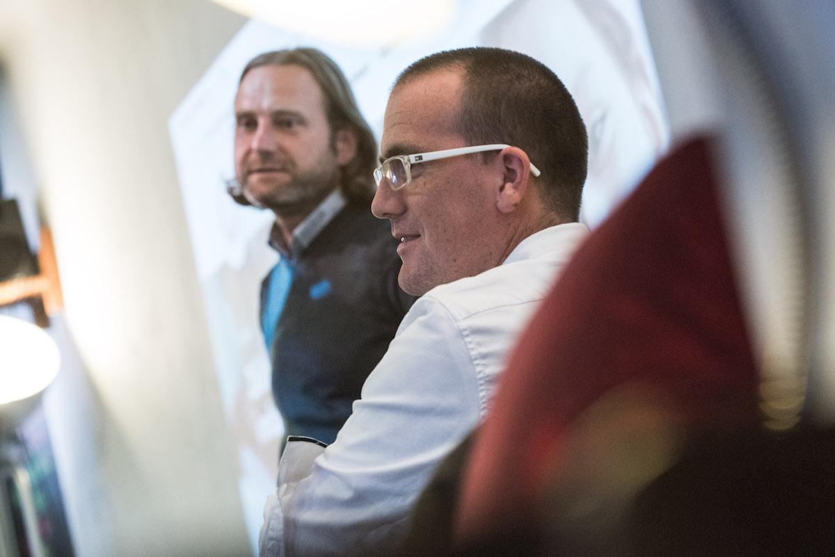 Dominik Hrodek na setkání v Ponrepu, přihlíží Petr Laštovka. Foto: David Bruner