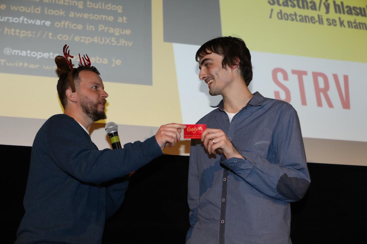 Jan Plešek přebírá drobný prezent