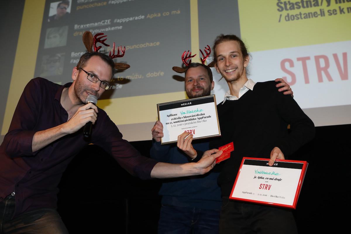 David Říha vyhrál obě hlavní trofeje večera, blahopřejí předvánočně ozdobeni Ondřej Aust a Marek Prchal. Foto: Tomáš Pánek