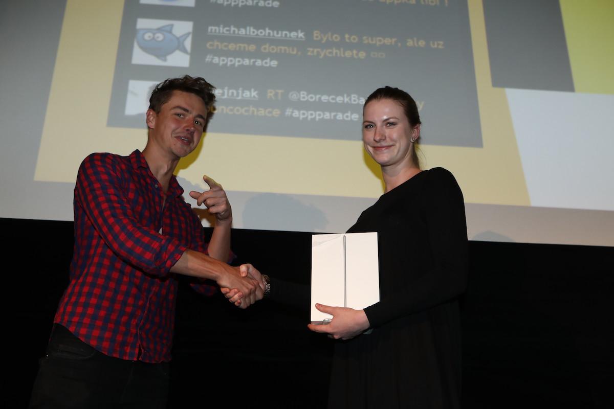 Michal Ptáček za Czechcrunch předal iPad Air 2 šťastné hlasující