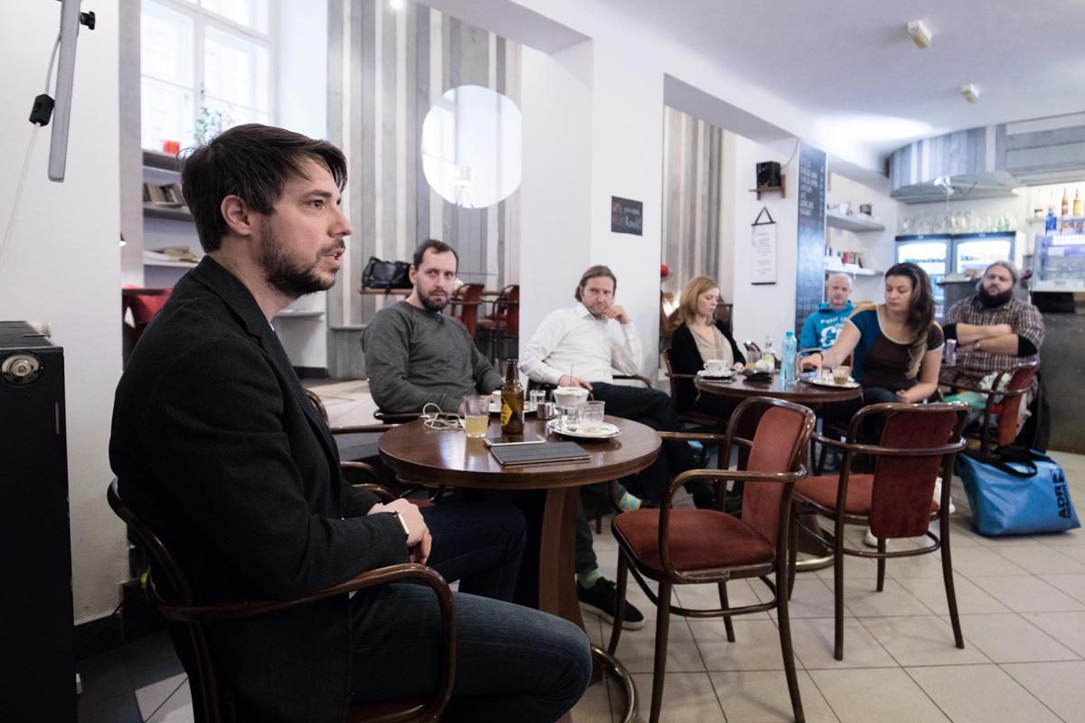Robert Haas mluví v Ponrepu na setkání s kolegy z dalších digitálních agentur. Foto: Mikuláš Křepelka