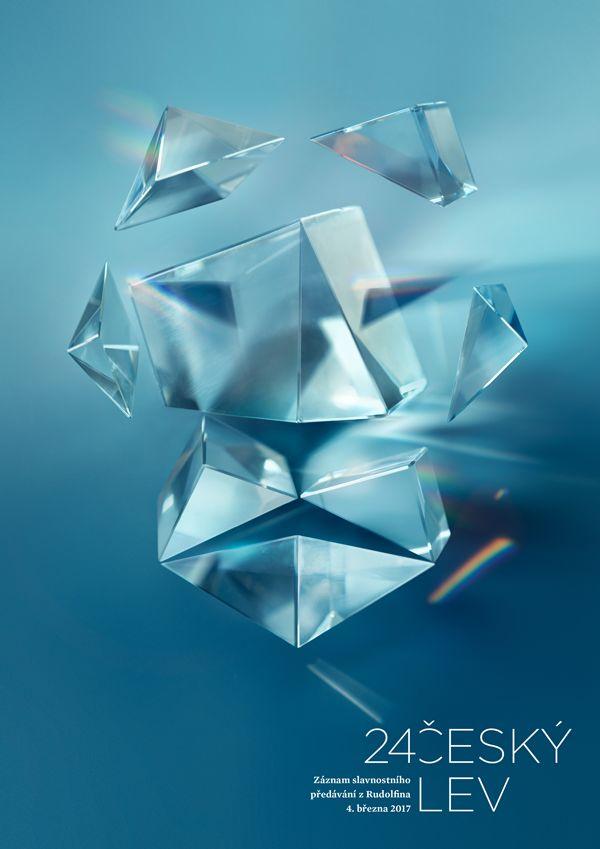Základní vizuální motiv tvoří hranoly skla poskládané do podoby lví tváře