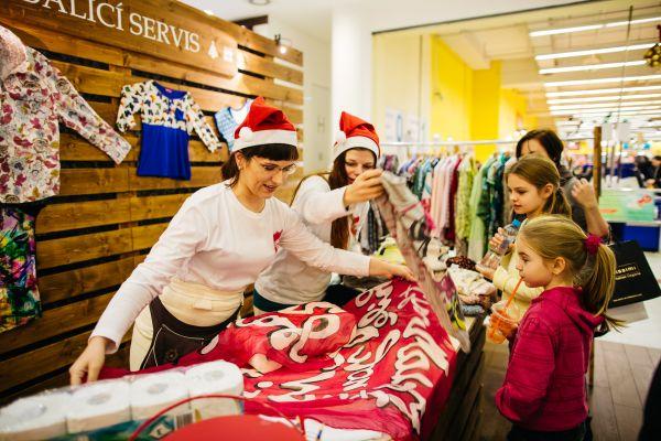 Lidé si mohli během eventu zabalit dárky do použitého oblečení zakoupeného od Armády spásy