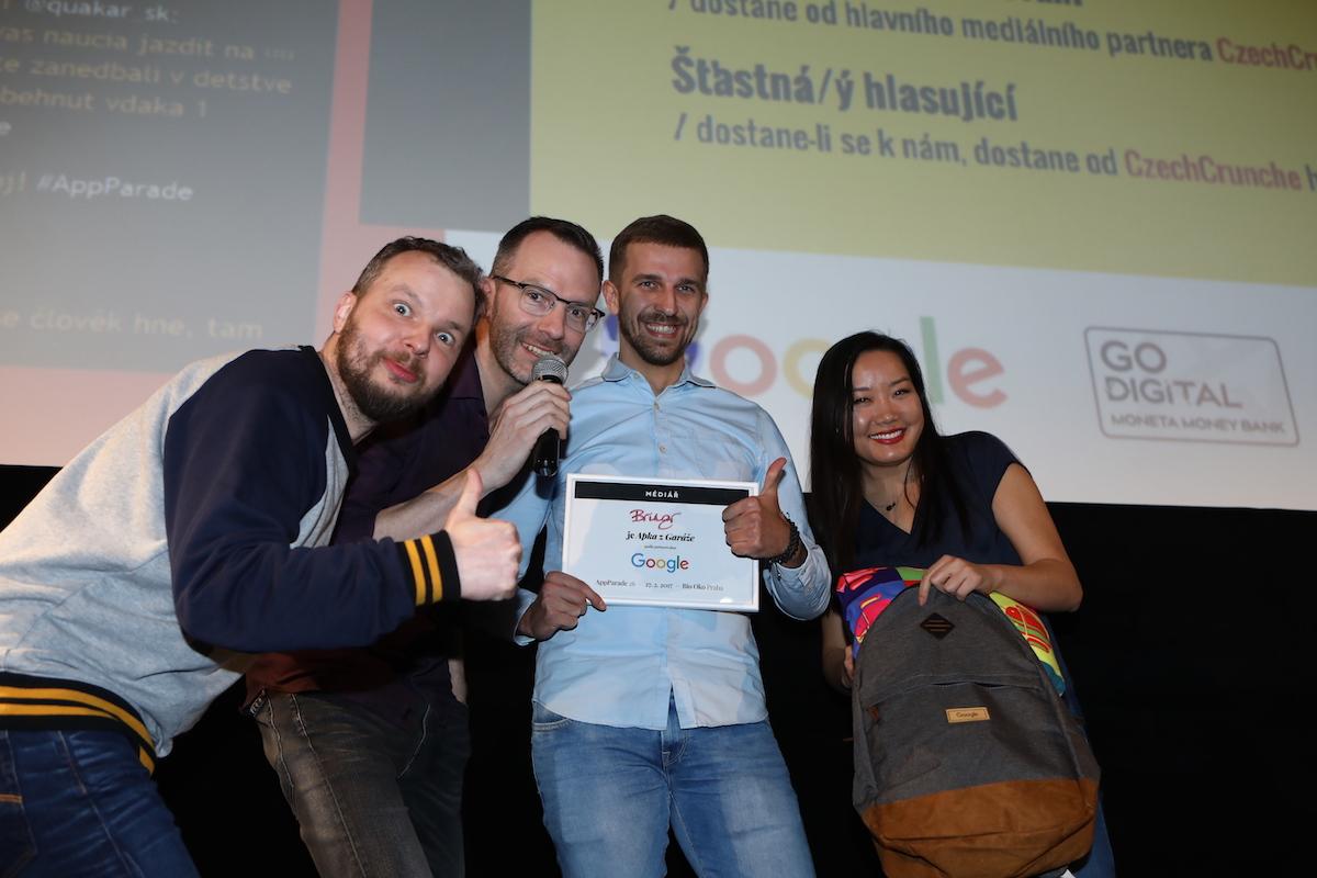 Patrik Czeto z Bringru přebírá cenu od Martiny Shi z Googlu. Foto: Tomáš Pánek