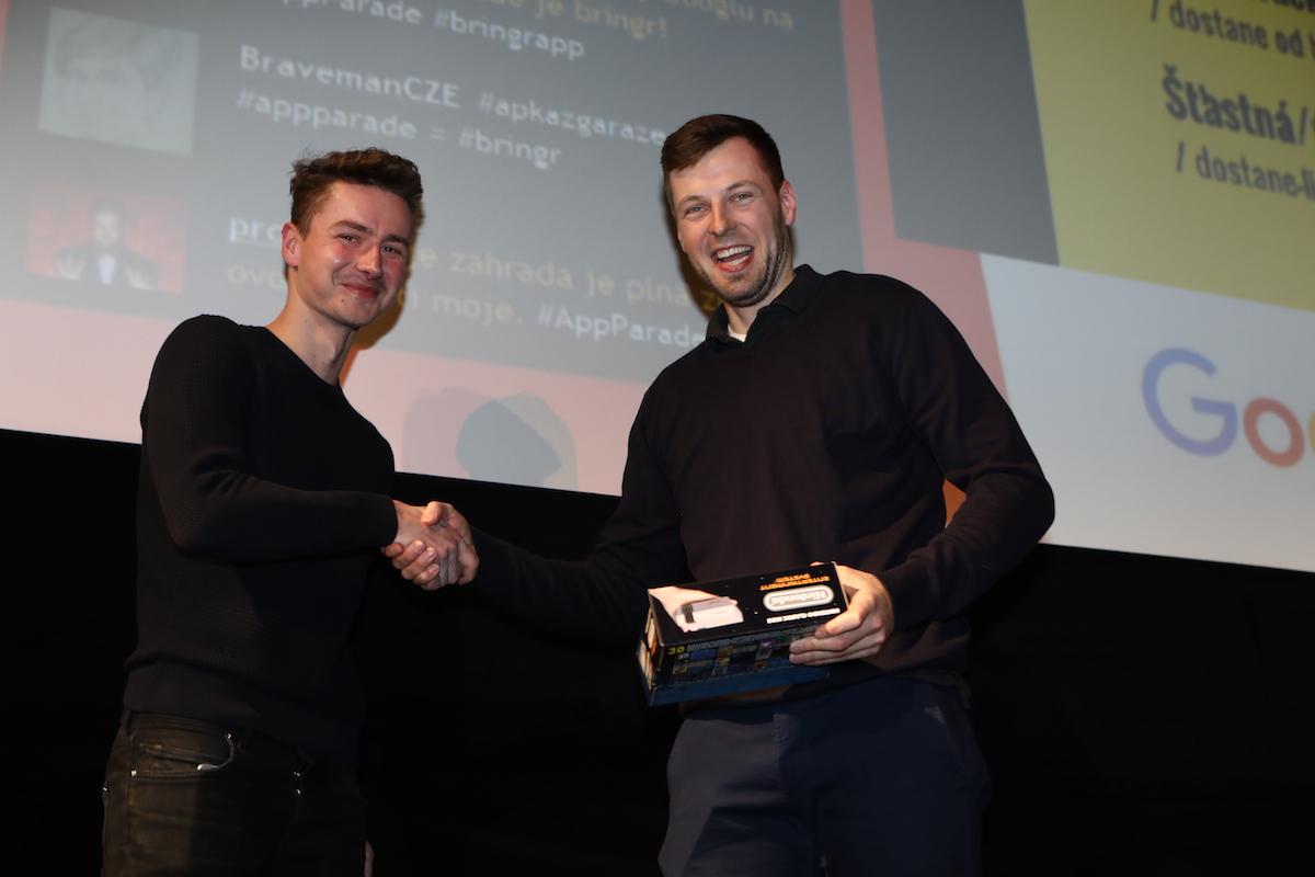 Michal Ptáček z Czechcrunch.cz (vlevo) přivezl jako ceny dva herní retro sety Nintendo, jeden bral zástupce Spojovny. Foto: Tomáš Pánek