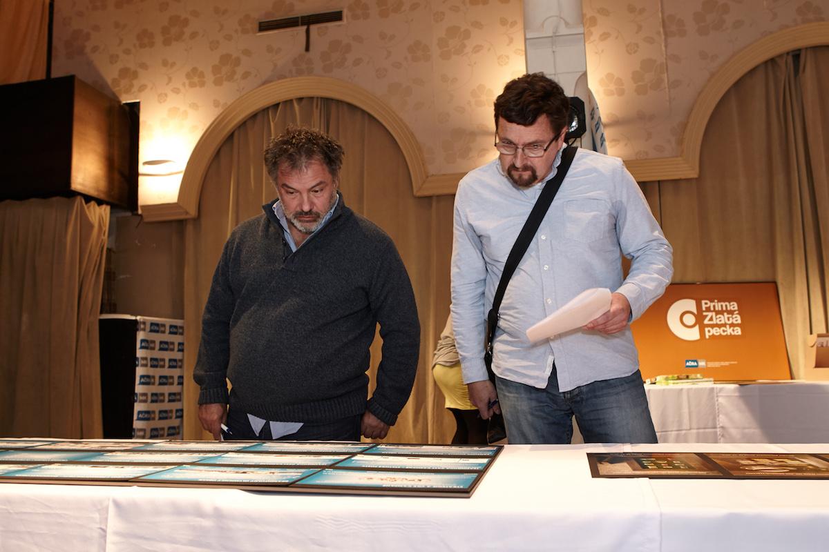 Fotograf Goran Tačevski (vlevo) a čestný předseda poroty Michal Viewegh