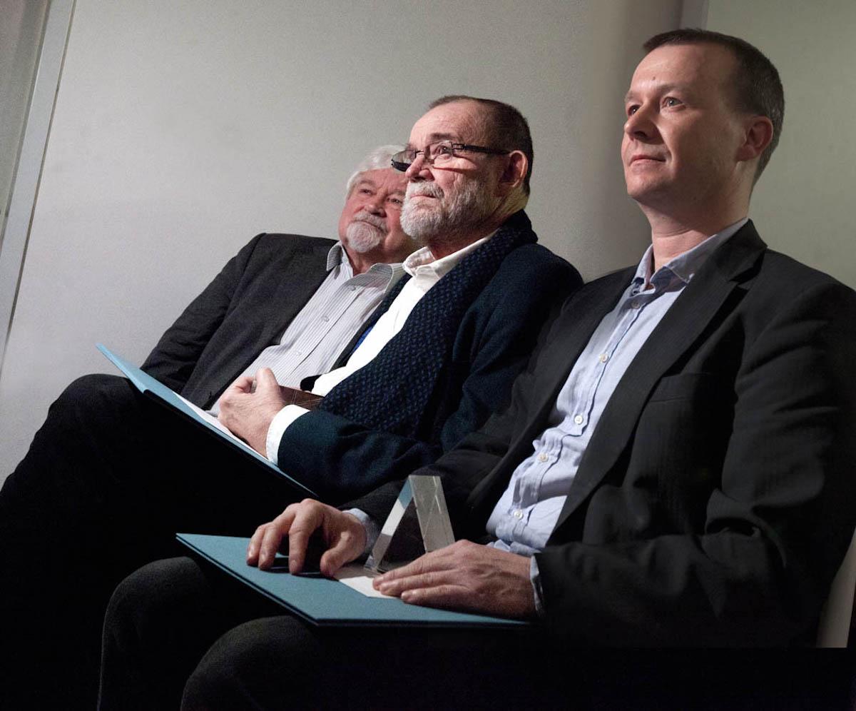 Zleva Petr Pithart, Vladimír Kučera a Petr Honzejk při předávání cen v pražském Doxu