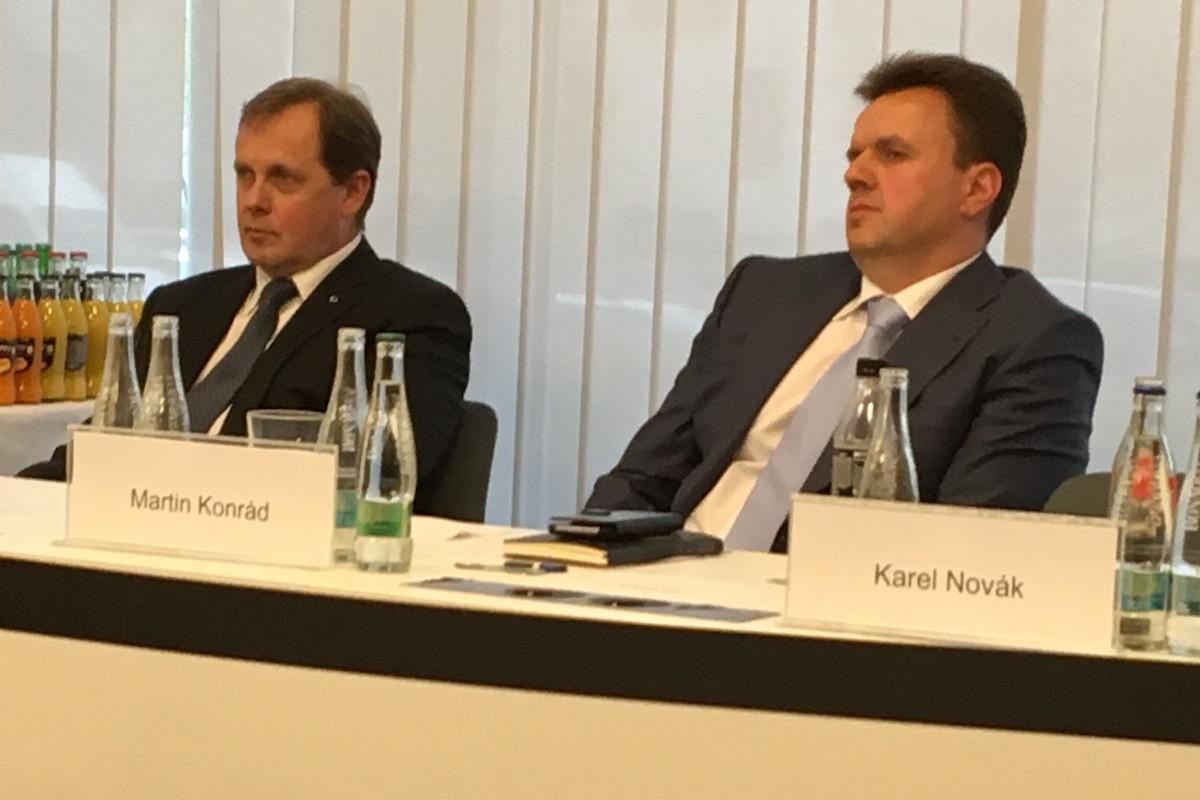 Petr Dvořák (vlevo) v průběhu volby s nejvážnějším soupeřem, bývalým šéfem Primy Martinem Konrádem